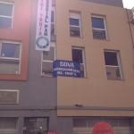 La Obra Social PAH realoja a cinco familias en viviendas vacías del banco BBVA